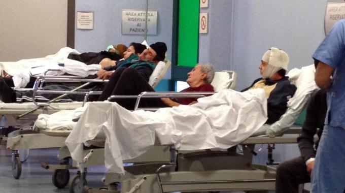 Pazienti in letti in corsia, un effetto dei tagli alla sanità