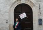 Gianfilippo Mignogna, Sindaco di Biccari (FG), di fronte alla porta sbarrata del Comune chiuso per austerità