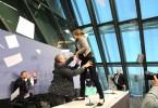 Mario Draghi, Presidente della BCE, contestato a suon di coriandoli